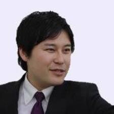 Yutaka es el anfitrión.