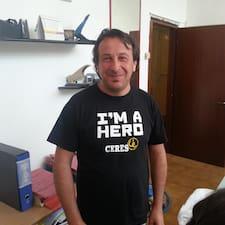 Roberto est l'hôte.