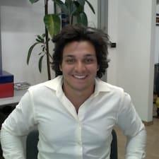 Alessandro es el anfitrión.