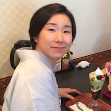 ひとみ es el anfitrión.