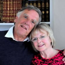 Alan & Linda je domaćin.