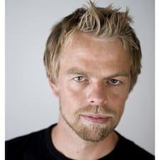Anders es el anfitrión.