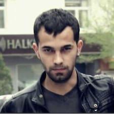 Mehmet es el anfitrión.