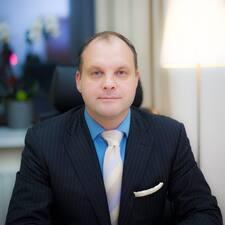 Oleg es el anfitrión.