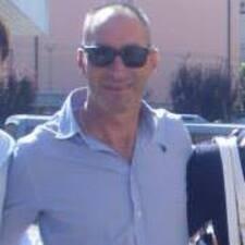 Maurizio es el anfitrión.