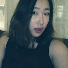 Sunny ( Sunyoung) je domaćin.