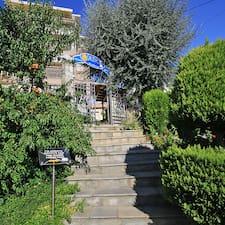 Αθανάσιος is the host.