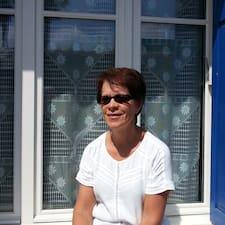 Thérèse is the host.