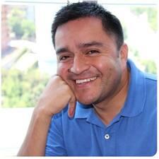 Juan est l'hôte.