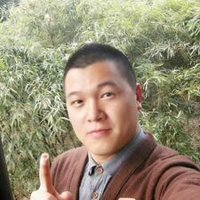 鑫龙 es el anfitrión.