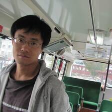 刘 es el anfitrión.
