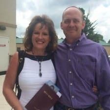 Debra And Tim je domaćin.