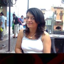 Giovanna est l'hôte.