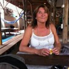 Dominique es el anfitrión.