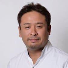 Takahiko es el anfitrión.