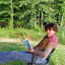 Agnès is the host.