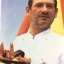 Manuel je domaćin.
