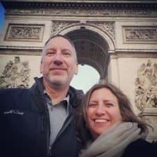 Michelle & Keith je domaćin.