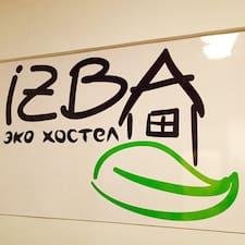 Юлия je domaćin.