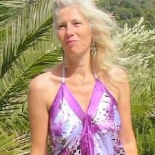 Sylvie Emmanuèle ist der Gastgeber.