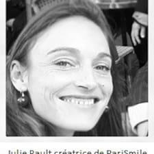 Julie je domaćin.