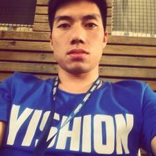王 es el anfitrión.