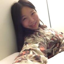 Yujie es el anfitrión.