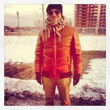 Kostya es el anfitrión.