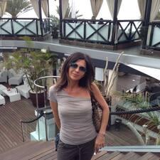 Monica es el anfitrión.