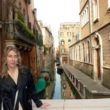 Caroline是房东。