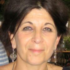 Léna is the host.