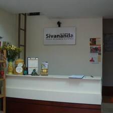 Sivanada Yoga Vendanta Center HoChi — хозяин.