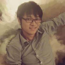 Xiaoyu je domaćin.