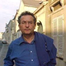 Jean-Jacques adalah tuan rumahnya.
