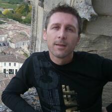 Sébastien — хозяин.