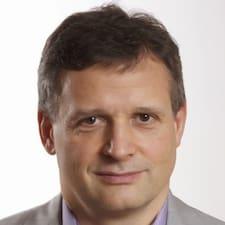 Stanislav è l'host.