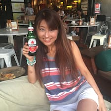 Yoko je domaćin.