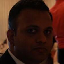 Shehan ist der Gastgeber.