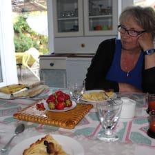 Fabienne is the host.