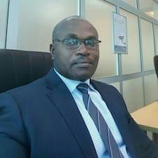 Desmond Adjei ist der Gastgeber.
