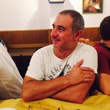 Alessandro je domaćin.