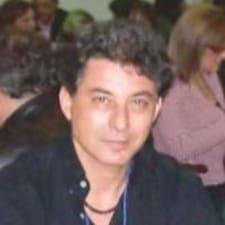 Piero es el anfitrión.