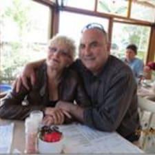 Stephen And Barbara je domaćin.