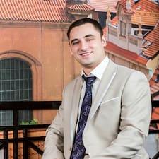Алексей è l'host.