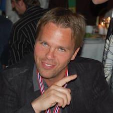 Johan est l'hôte.