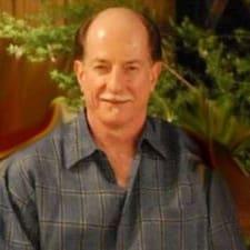 Terry es el anfitrión.
