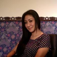 Oka Kartini est l'hôte.
