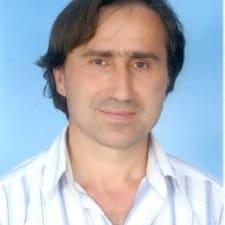Hasan İlhan est l'hôte.