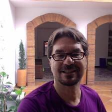 Giancarlo es el anfitrión.