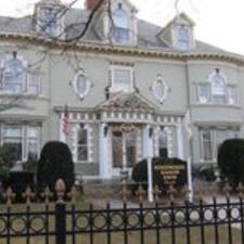 Edgewood Manor est l'hôte.